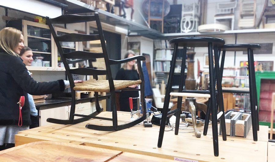 Besökare tittar på stolar i verkstaden på möbelskolan Malmstens i Larsberg på Lidingö.
