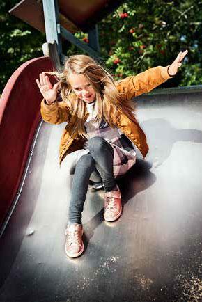 Jareds dotter åker rutschkana på en lekplats i Larsberg.