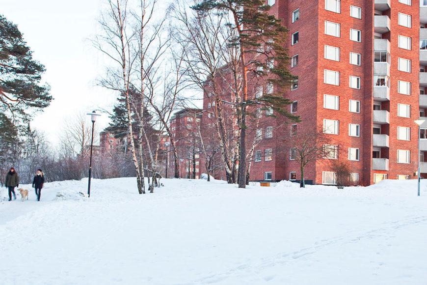 Snöklädd mark kring tegelhusen i Larsberg på Lidingö.