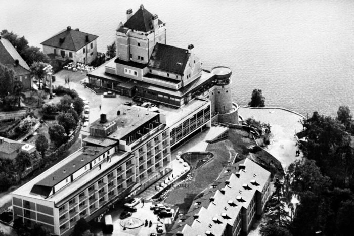 Svartvitt åldrat flygfoto över hotell Foresta på Herserudsklippan på Lidingö.