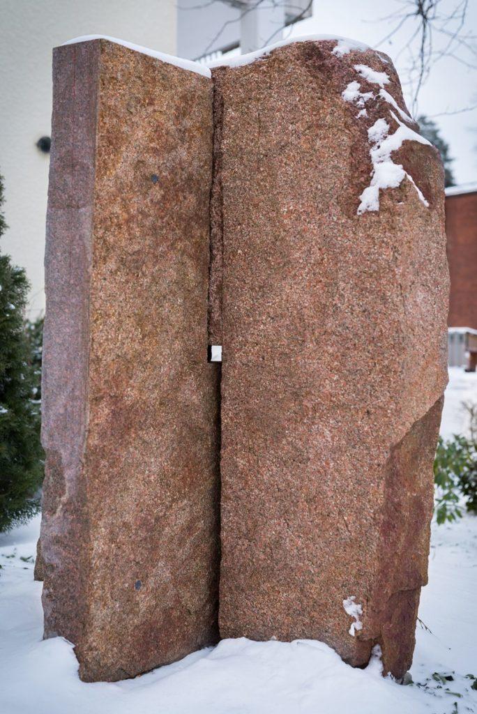 Claes Hakes granitskulptur, snötäckt i Baggeby på Lidingö.
