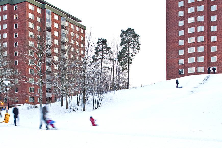 Barn åker pulka på snön i Larsbergsparken.