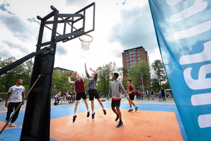 Ungdomar spelar basket i Larsbergsparken på Lidingö.