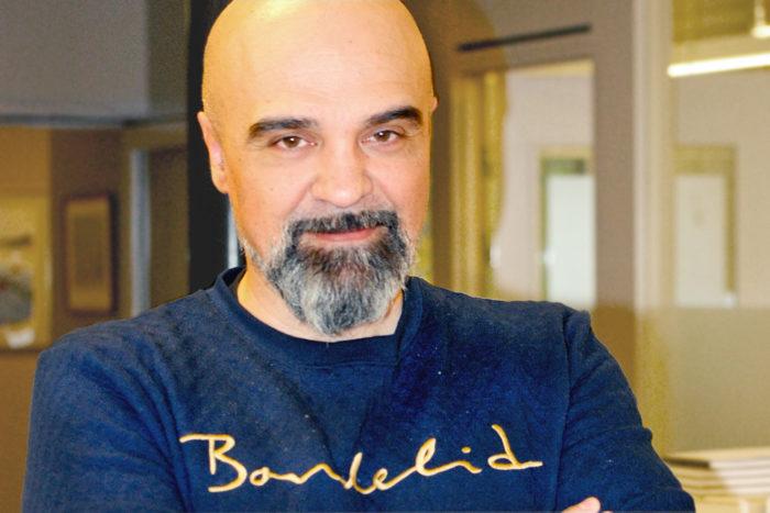 Porträtt av Tellis Papadopoulos i kontorslandskap.