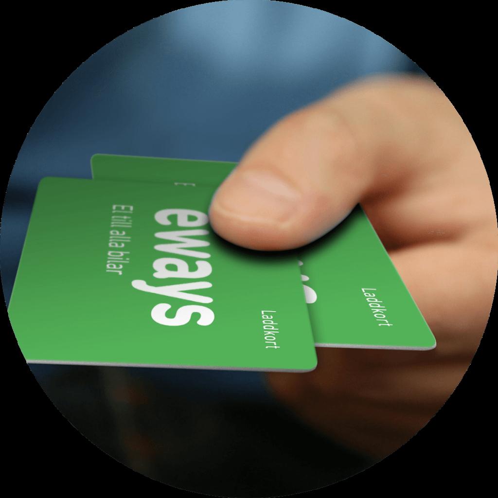 Hand sträcker fram två gröna kort med E-ways logotyp på.